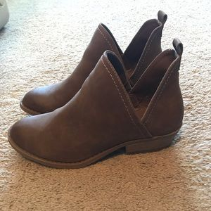 Universa thread cut out booties